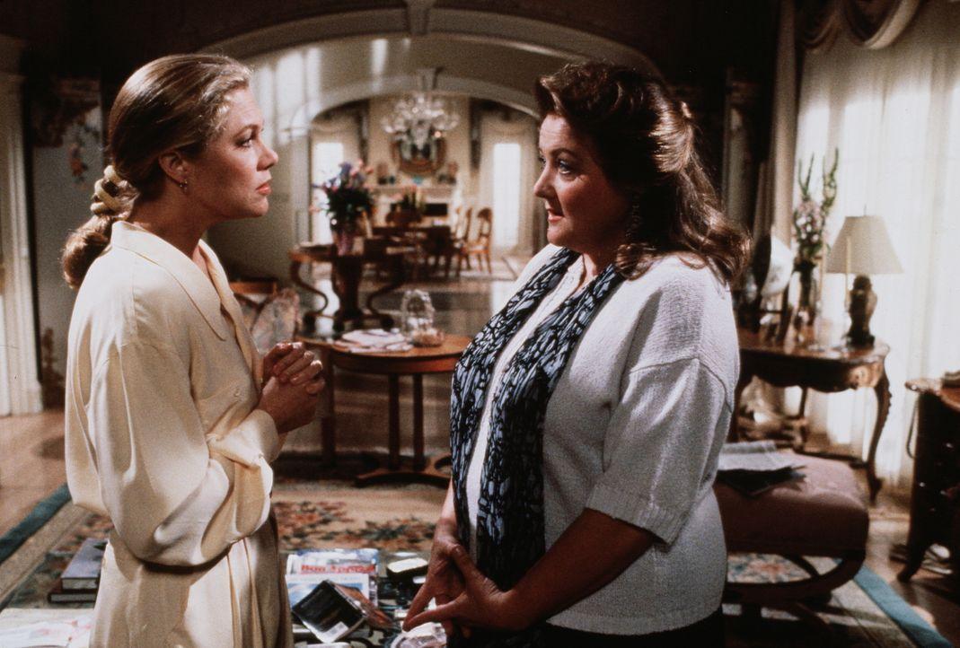 Barbara (Kathleen Turner, l.) sucht Rat bei ihrer Haushälterin Susan (Marianne Sägebrecht, r.). - Bildquelle: 20th Century Fox Film Corporation