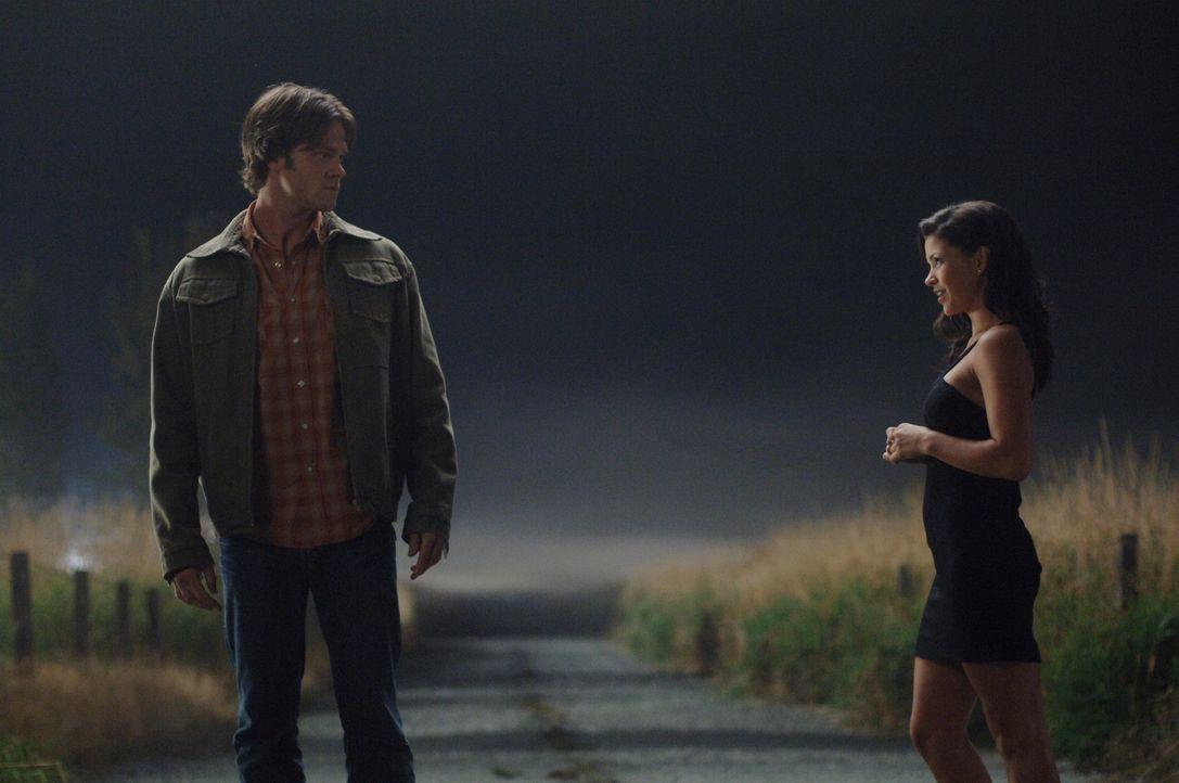 Trifft sich mit der Crossroads-Dämonin (Sandra McCoy, r.) und droht, sie mit dem neugebauten Colt umzubringen, falls sie Dean nicht von einem Deal e... - Bildquelle: Warner Bros. Television