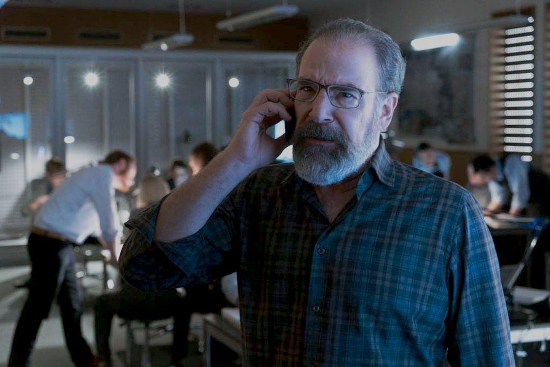 Kann nicht glauben, dass Dar Adal Allison nicht verhaften lässt: Saul (Mandy Patinkin) ... - Bildquelle: Stephan Rabold 2015 Showtime Networks, Inc., a CBS Company. All rights reserved.