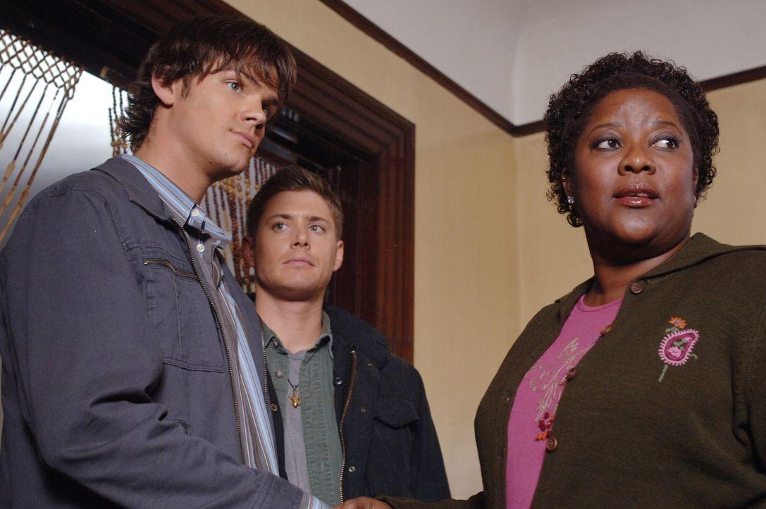 Sam (Jared Padalecki, l.) und Dean (Jensen Ackles, M.) finden mit Hilfe eines alten Kollegen ihres Vaters heraus, dass ihr Vater nach dem Feuer eine... - Bildquelle: Warner Bros. Television