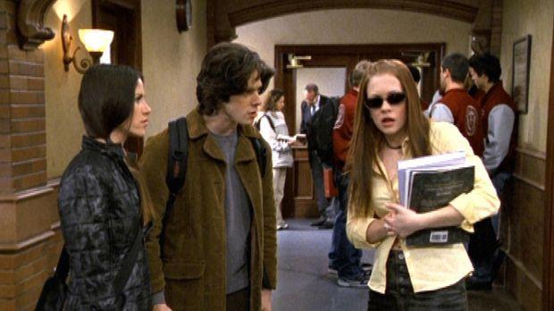 Sabrina (Melissa Joan Hart, r.) hat sich mit einem Artikel in der Studentenze...