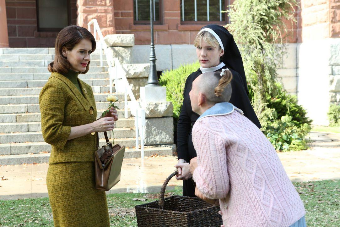 Jahr 1964: Schwester Mary Eunice (Lily Rabe, M.) erklärt der Journalistin Lana Winters (Sarah Paulson, l.), dass die Patientin Pepper (Naomi Grossm... - Bildquelle: 2012-2013 Twentieth Century Fox Film Corporation. All rights reserved.