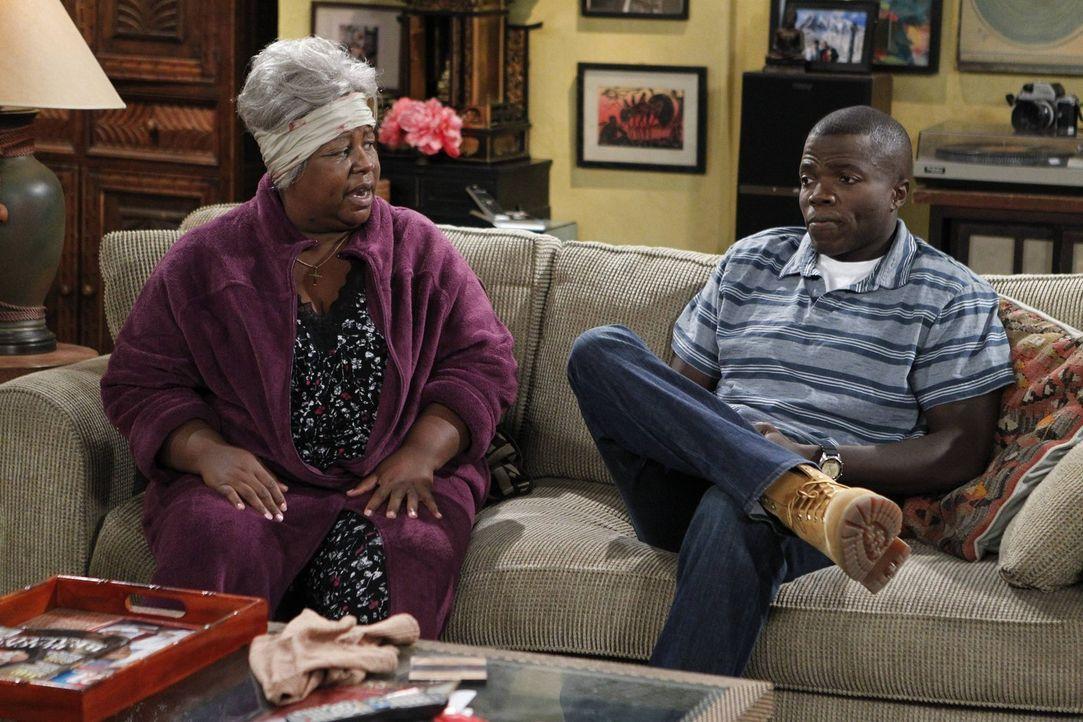 Carl (Reno Wilson, r.) ist eifersüchtig, weil Christinas Ex-Mann aufgetaucht ist. Grandma (Cleo King, l.) versucht, ihn aufzumuntern ... - Bildquelle: Warner Brothers