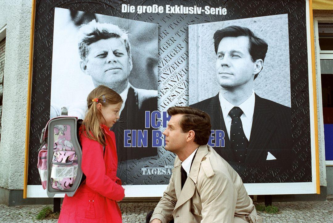 Felix (Thomas Heinze, r.) begleitet Emma (Amber Bongard, l.) auf ihrem Schulweg. - Bildquelle: Noreen Flynn Sat.1
