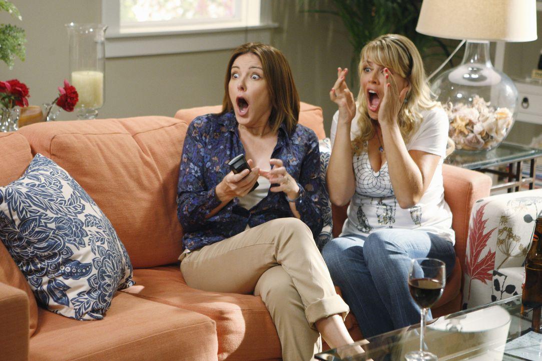 Als sich Ellie (Christa Miller, l.) und Laurie (Busy Philipps, r.) das Sex-Video von Jules und Bobby anschauen, haben sie anfangs noch viel Spaß, d... - Bildquelle: 2009 ABC INC.
