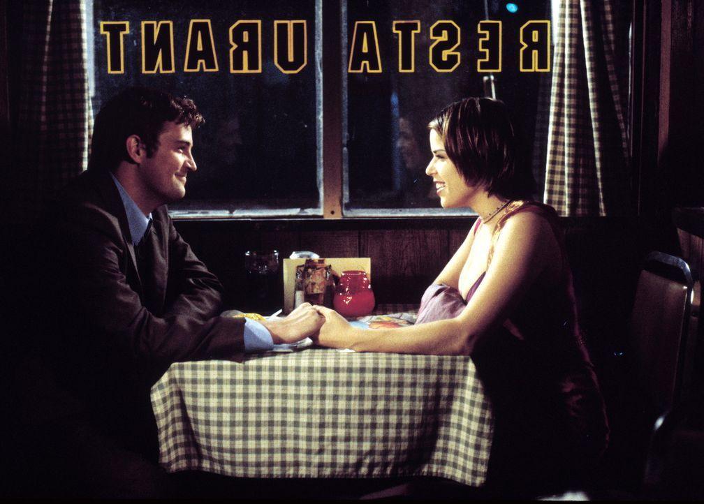 Schon bald muss Oscar Novak (Matthew Perry, l.) feststellen, dass Newman ihn deshalb mit der Überwachung seiner Freundin beauftragt hat, weil er ih... - Bildquelle: Warner Brothers