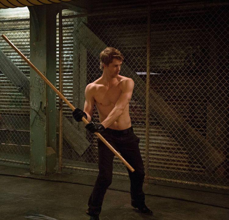 """Seitdem Stephen bei """"Ultra"""" arbeitet, will John (Luke Mitchell) nicht mehr mit ihm zu tun haben. Doch ist das der richtige Weg? - Bildquelle: Warner Bros. Entertainment, Inc"""