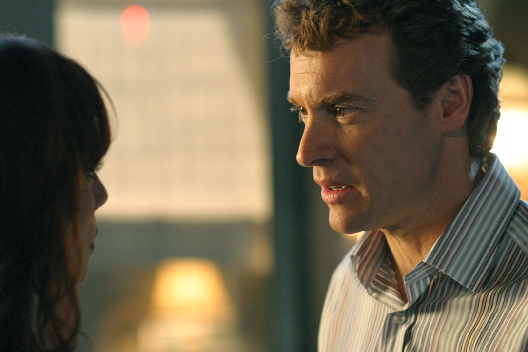 Nachdem sich Jimmy (Tate Donovan, r.) und Julie (Melinda Clarke, l.) geküsst haben, stehen sie vor neuen Problemen ... - Bildquelle: Warner Bros. Television