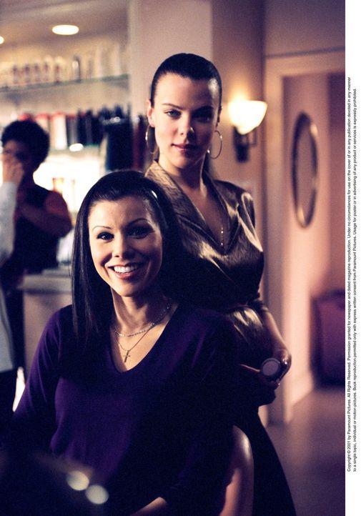 Kaum hat sie sich Lydia (Heather Paige Kent, vorne) dazu entschlossen, ihren Chef zu vergessen, trifft sie auch schon den Mann ihrer Träume ... - Bildquelle: CBS Television