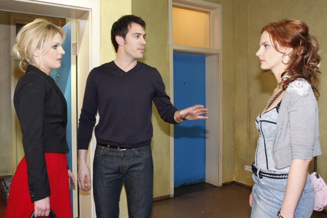Mark ist entsetzt, als sein Wiedersehen mit Manu komplett nach hinten losgeht: Alexandra (Ivonne Schönherr, l.), Mark (Arne Stephan, M.) und Manu (... - Bildquelle: SAT.1