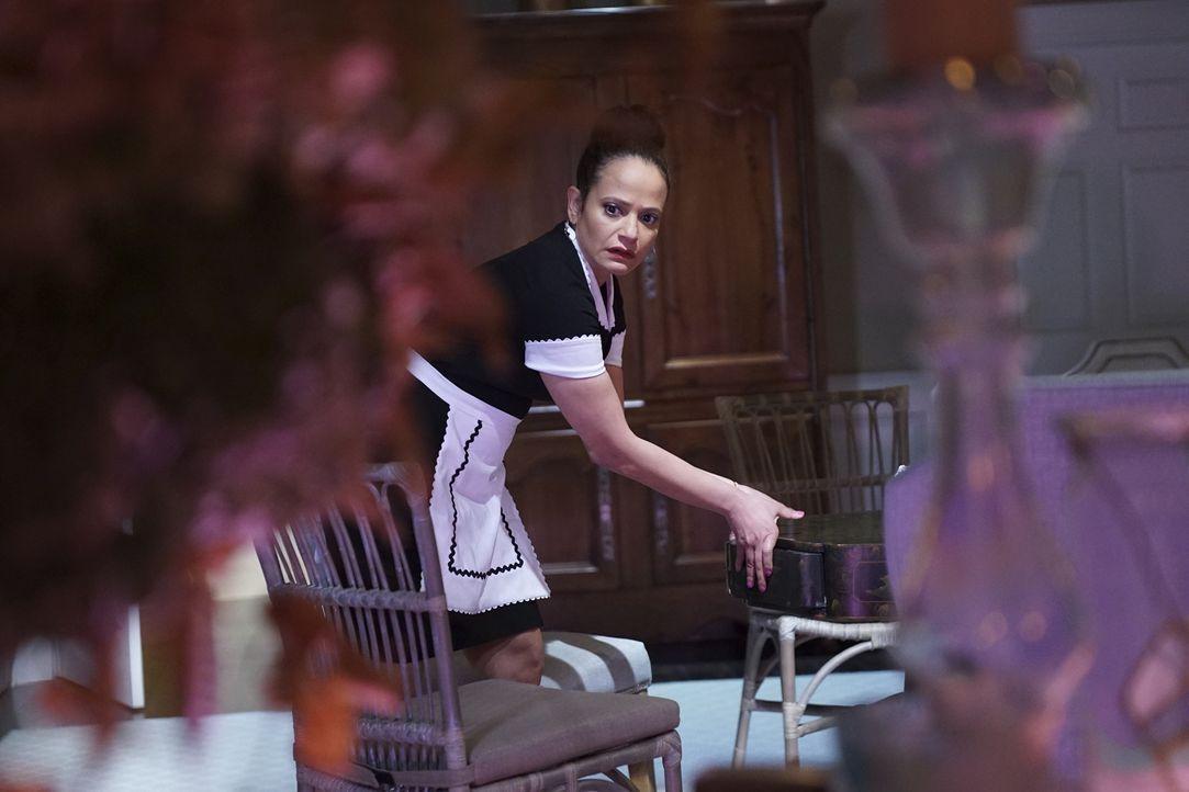 Die Chefin ist zurück aus dem Urlaub und verpflichtet Zoila (Judy Reyes) eine Dienstmädchen Uniform zu tragen. Jetzt ist wohl Schluss mit dem Spiel,... - Bildquelle: Annette Brown 2016 American Broadcasting Companies, Inc. All rights reserved.