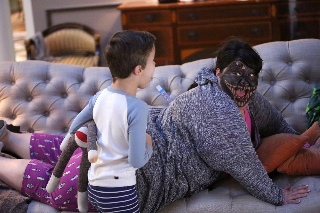 Ben (Jack Stanton, l.) steht vollkommen unter Schock, als er sieht, dass Alba (Carla Jimenez, r.) sich in ein echtes Monster verwandelt hat ... - Bildquelle: 2017 Fox and its related entities. All rights reserved.