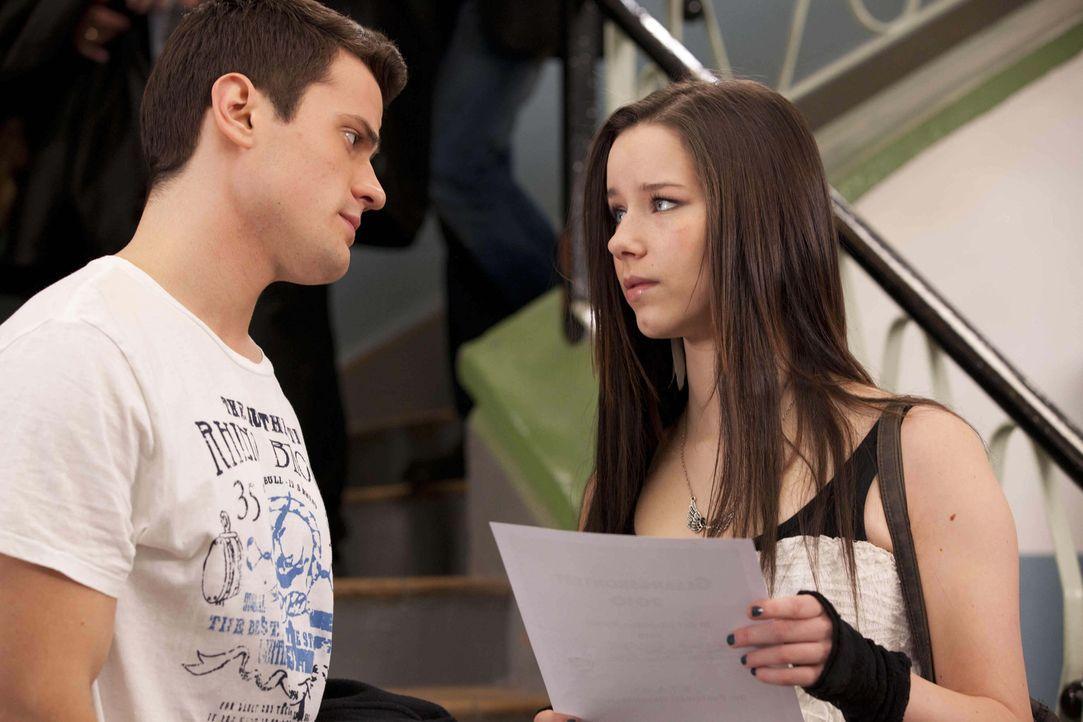 Luzi (Selina Müller, r.) ist bei Gabrielle angeschwärzt worden. Doch wird Julian (Sebastian Hölz, l.) ihr glauben schenken? - Bildquelle: SAT.1
