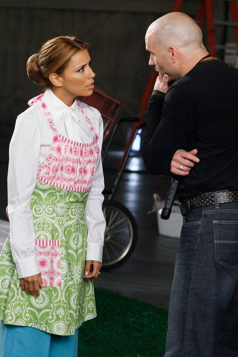 Gabrielle (Eva Longoria, l.) ist entsetzt von ihrem Auftrag und beschwert sich bei Durkin (Ian Paul Cassidy, r.) ... - Bildquelle: 2005 Touchstone Television  All Rights Reserved