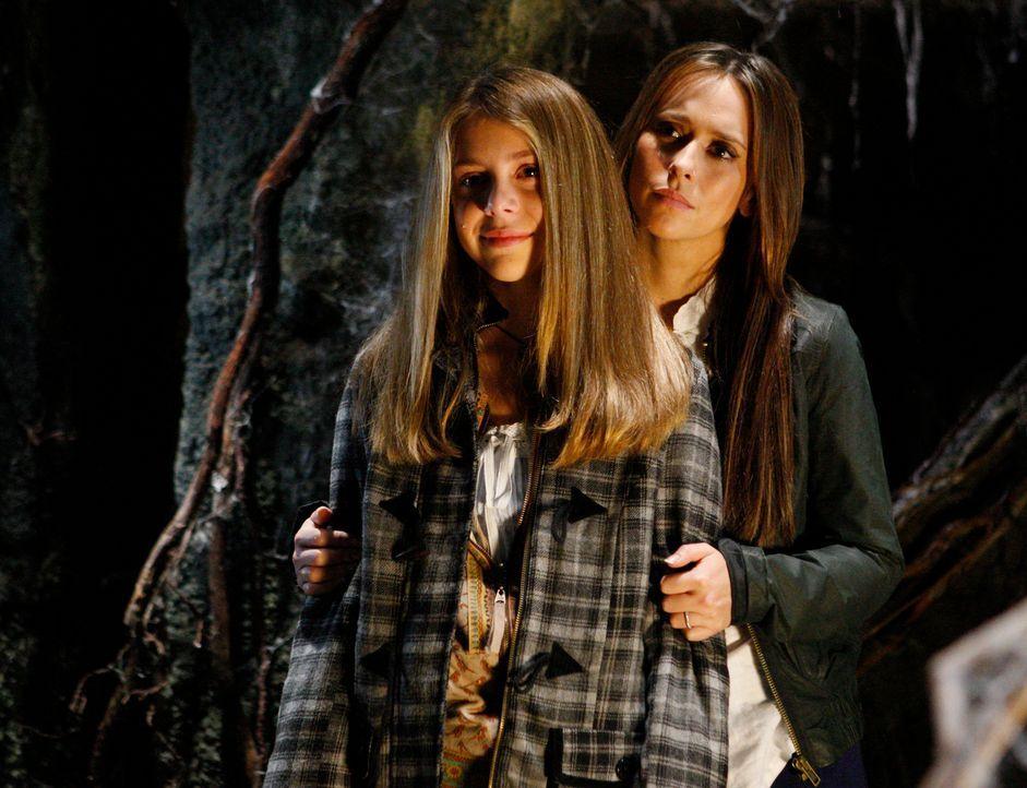 Melinda (Jennifer Love Hewitt, r.) hilft Becca (Mackenzie Vega, l.) dabei, Daniel und seinen Eltern den Weg ins Licht zu zeigen ... - Bildquelle: ABC Studios
