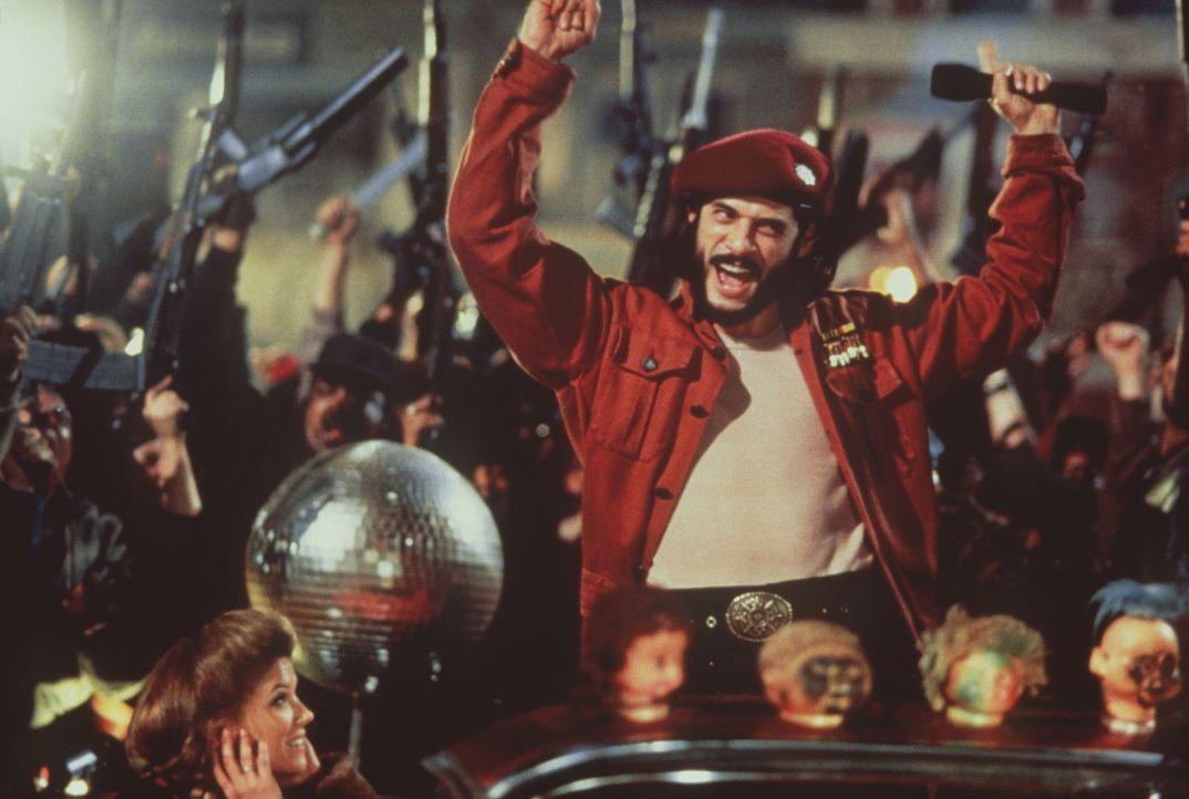 Der anarchische Terrorist Cuervo Jones (Georges Corraface, M.) unterzieht Utopie, Tochter des Präsidenten, einer Gehirnwäsche. Aufgrund dieser Manip... - Bildquelle: Paramount Pictures