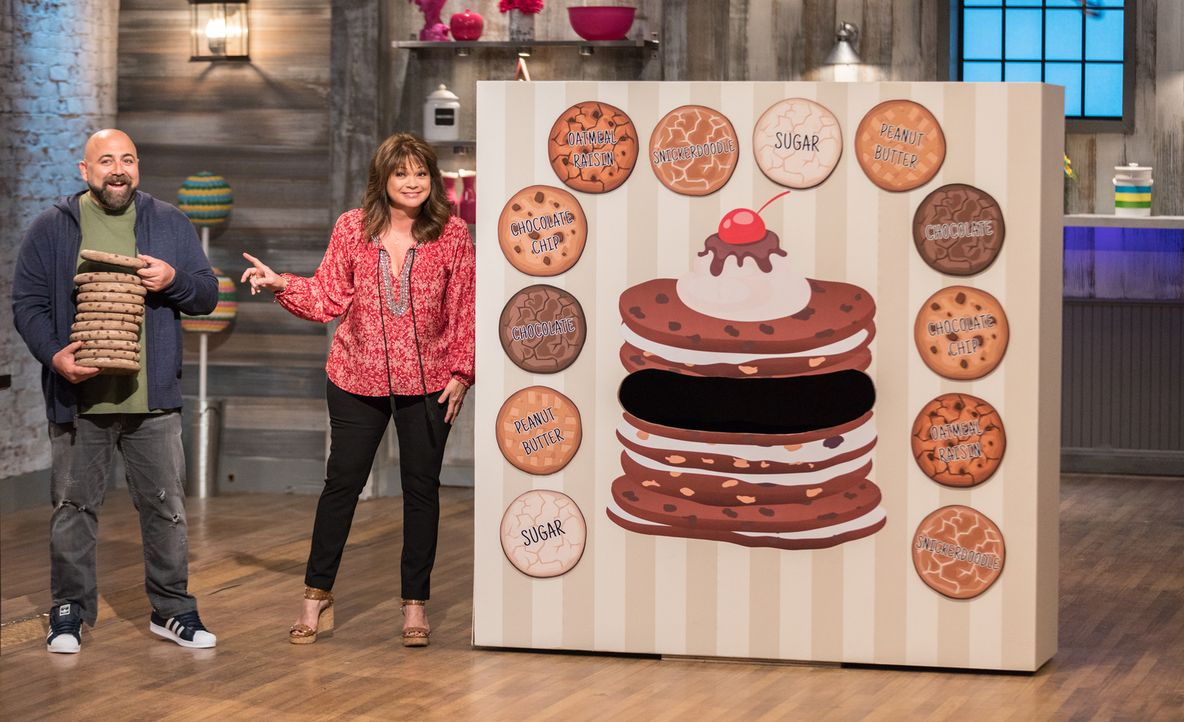 (v.l.n.r.) Duff Goldman; Valerie Bertinelli - Bildquelle: Zack Smith 2017, Television Food Network, G.P. All Rights Reserved./ Zack Smith