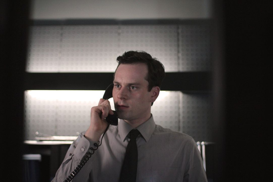 """In seiner Firma wird der Sicherheitschef Simon (Florian Bartholomäi) als """"Stais-Brückner"""" hinter vorgehaltener Hand bezeichnet, weil er keinem Anges... - Bildquelle: Maor Waisburd SAT.1"""