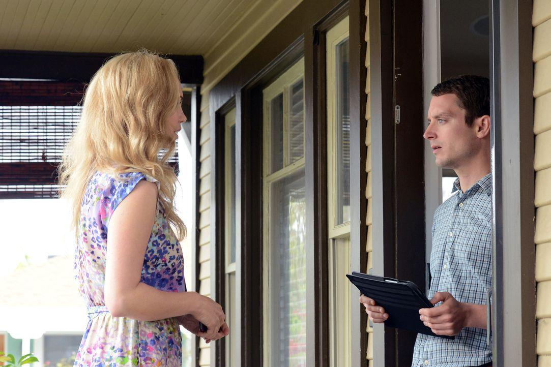 Jenna (Fiona Gubelmann, l.) bittet Ryan (Elijah Wood, r.) um einen Gefallen, der ihrer Karriere neuen Schwung verleihen könnte ... - Bildquelle: 2011 FX Networks, LLC. All rights reserved.