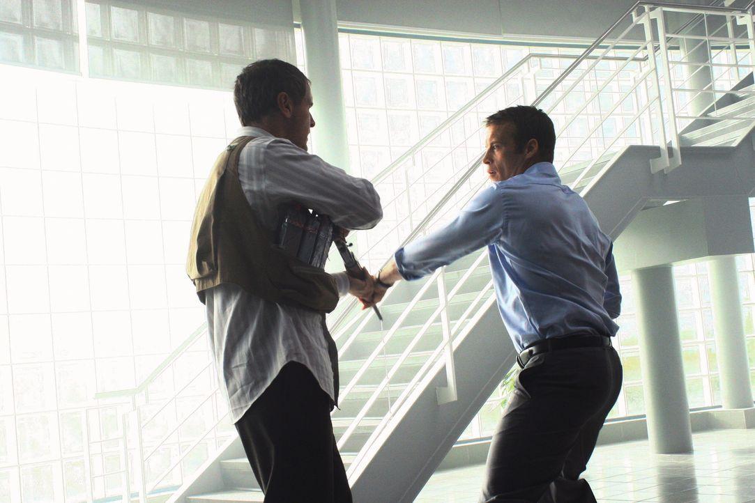 Bei seinem neusten Fall sieht sich Christopher Chance (Mark Valley, r.) mit Hollis (Mark Moses, l.) konfrontiert ... - Bildquelle: Warner Bros.