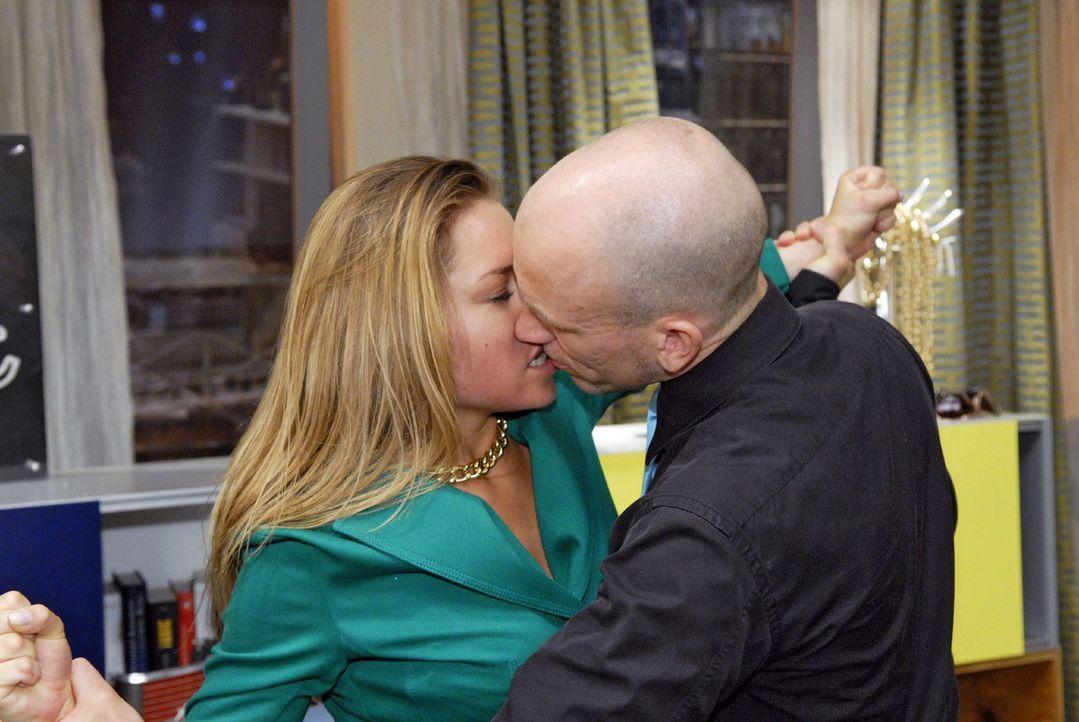 Als Gerrit (Lars Löllmann, r.) die wütende Katja (Karolina Lodyga, l.) zu bändigen versucht, kommt es zu einem Kuss... - Bildquelle: Christoph Assmann Sat.1
