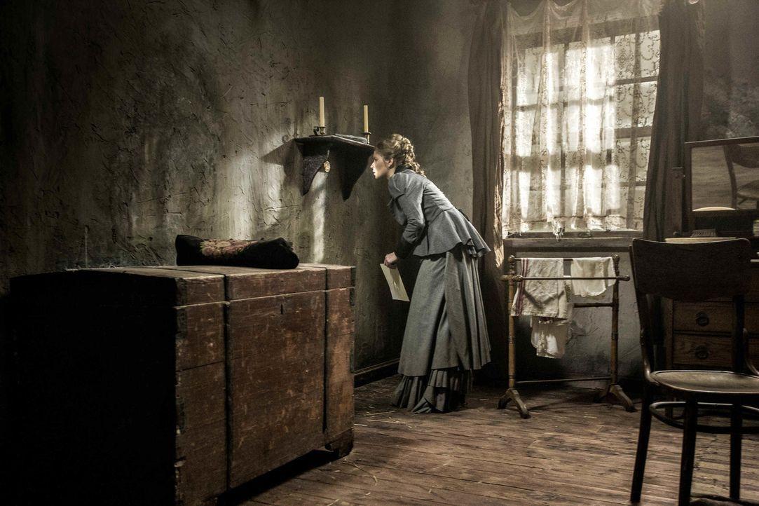 In ihrem neuen Zuhause entdeckt Anna (Sonja Gerhardt) mehr Geheimnisse, als ihr lieb ist ... - Bildquelle: Algimantas Babravicius SAT.1