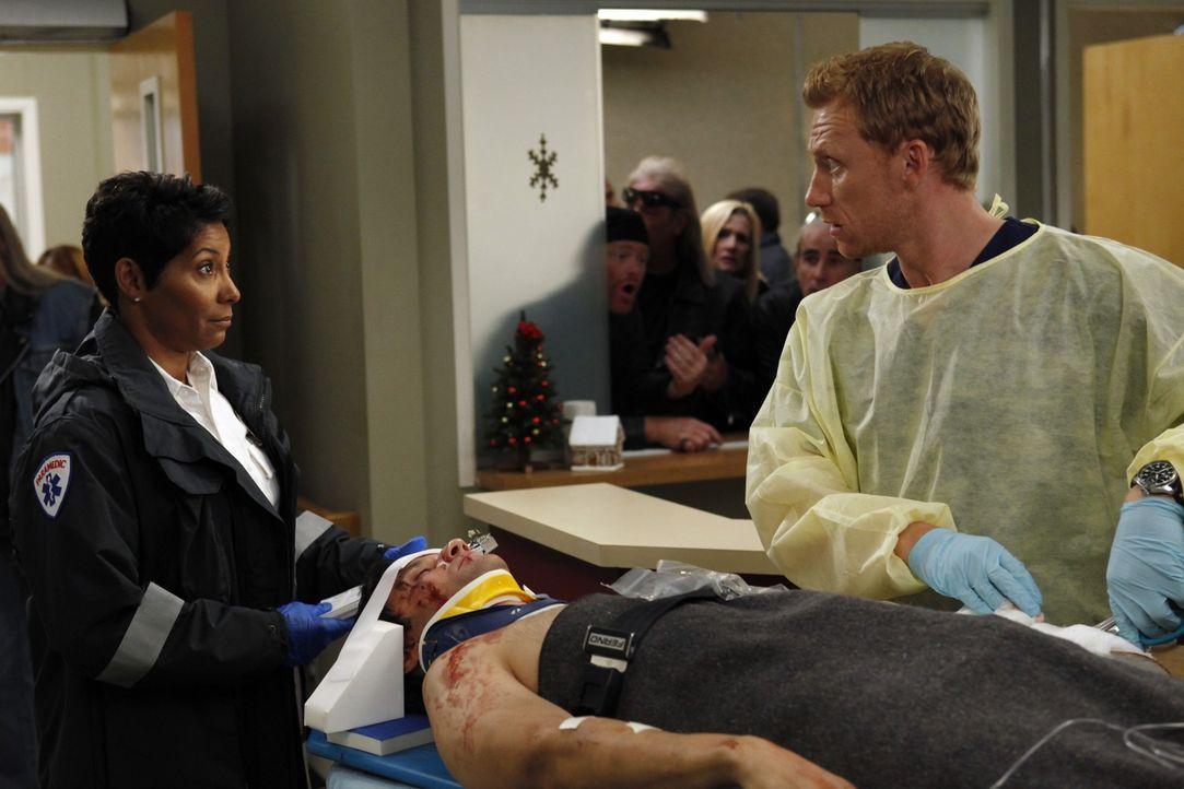 Stuart Loeb (Richard Kahan, M.) wird von Nicole (Nicole Cummins, l.) mit einer schweren Armverletzung ins Krankenhaus eingeliefert. Owen (Kevin McKi... - Bildquelle: ABC Studios