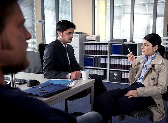 Von Iris Sauke (Jasmin Tabatabei) wollen Andreas (Maximilian Grill) und Mick (Henning Baum) gerne wissen, warum sie verschwiegen hat, dass Elke sie... - Bildquelle: Martin Rottenkolber - Sat1