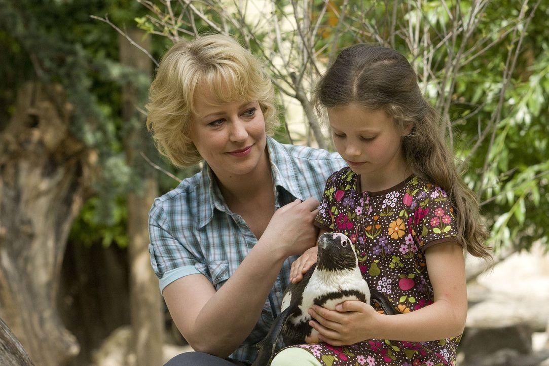 Nachdem Sonja (Floriane Daniel, l.) die Hiobsbotschaft über die geplante Zooschließung erhalten hat, braucht sie genauso Trost wie ihre Tochter Ha... - Bildquelle: Sat.1