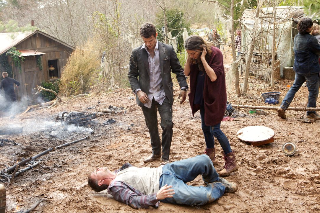 Hayley und Elijah leisten erste Hilfe - Bildquelle: Warner Bros. Entertainment Inc.