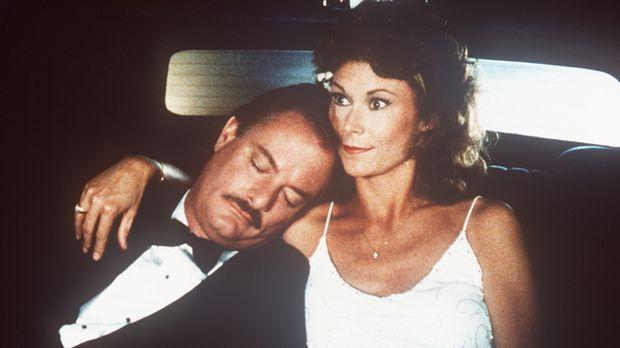 Noch ahnt Amanda (Kate Jackson, r.) nicht, dass der Mann in ihren Armen (l.)...