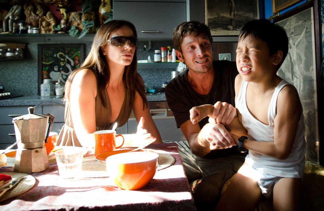 Tao (Kevin Fang, r.) ist verzweifelt, denn weder Ester (Marie Zielcke, l.) noch Gerry (Andreas Kiendl, M.) verstehen, dass er nur eine einzige Chanc... - Bildquelle: Silvia Zeitlinger SAT.1