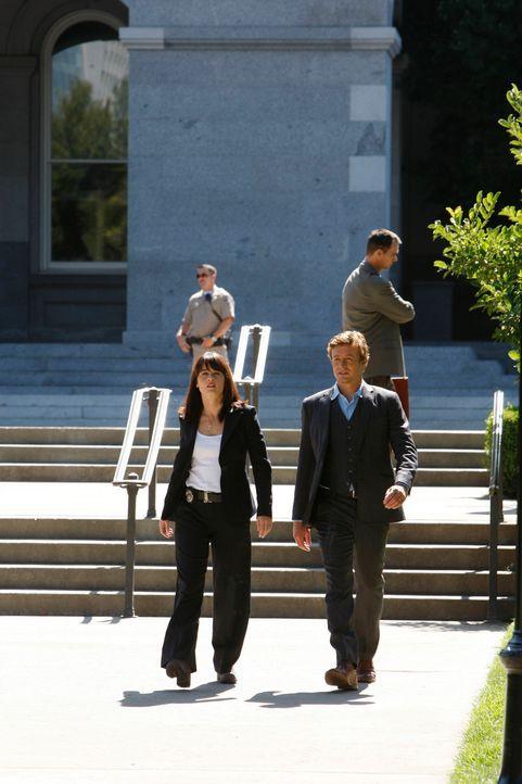 Kristin Marley, die im Büro der Senatorin Melinda Batson gearbeitet hat, wird tot aufgefunden. Patrick Jane (Simon Baker, r.) und Teresa Lisbon (Rob... - Bildquelle: Warner Bros. Television