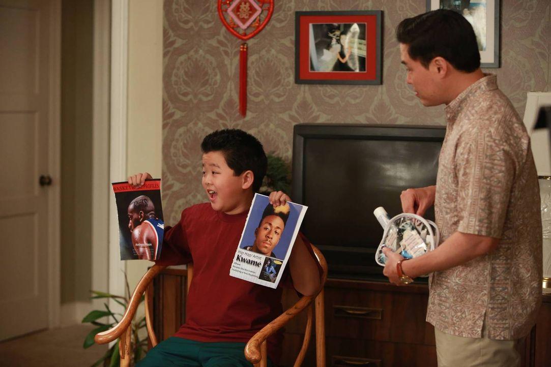 Louis (Randall Park, r.) und seine Familie bereiten sich auf den Beginn des Chinesischen Neujahrs vor. Eddie (Hudson Yang, l.) will sich dafür sogar... - Bildquelle: 2015-2016 American Broadcasting Companies. All rights reserved.