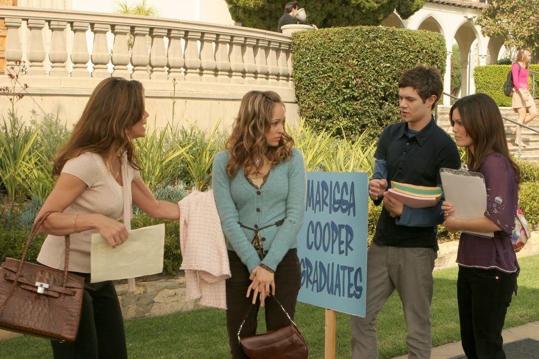 """Seth (Adam Brody, 2.v.r.), Ryan und Summer (Rachel Bilson, r.) organisieren eine """"Befreit Marissa""""-Kampagne. Taylor (Autumn Reeser, 2.v.... - Bildquelle: Warner Bros. Television"""