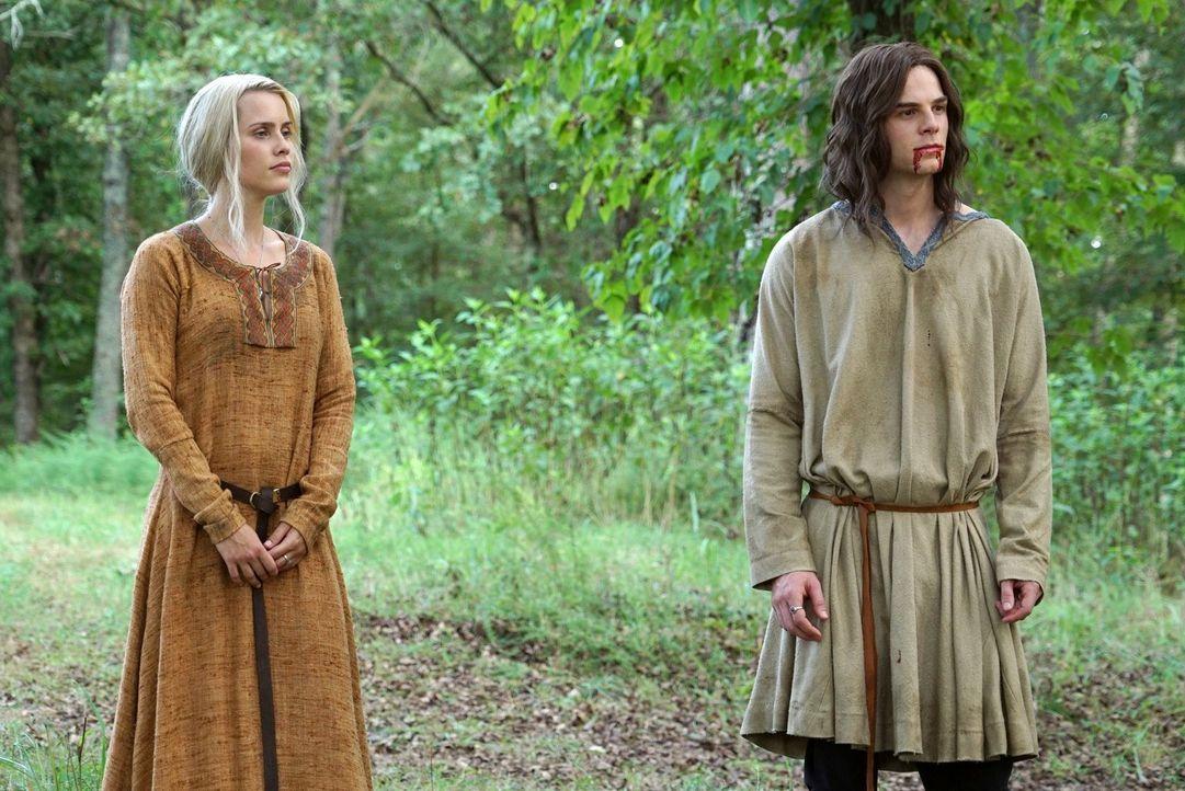 Im 21. Jahrhundert wird Kols (Nathaniel Buzolic, r.) Tod dafür sorgen, dass die Vampire, die von den verbleibenden drei Urvampiren abstammen, ihr Üb... - Bildquelle: Warner Bros. Entertainment Inc.