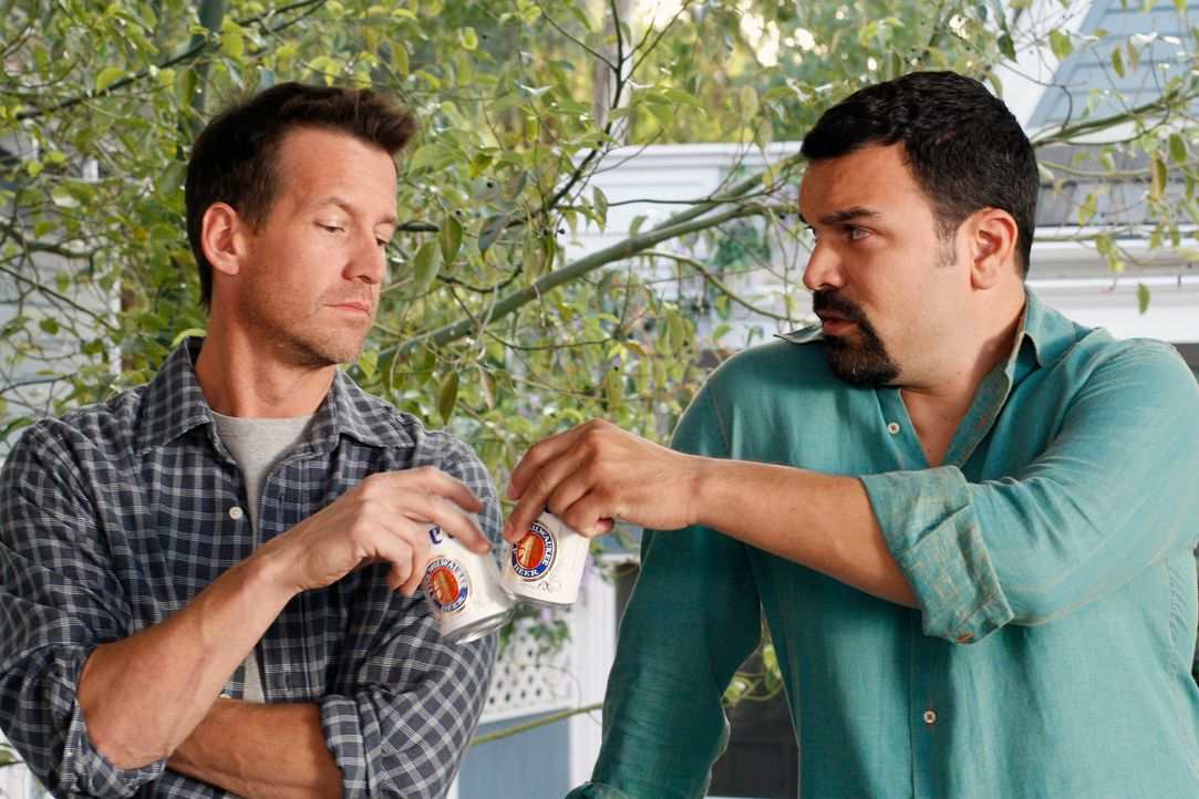 Freunde?: Mike (James Denton, l.) und Carlos (Ricardo Antonio Chavira, r.) ... - Bildquelle: 2005 Touchstone Television  All Rights Reserved