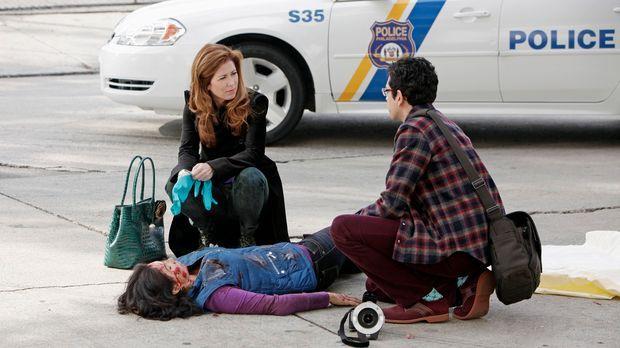 Für die junge Frau kommt jede Hilfe zu spät, nachdem sie von einem Auto erfas...