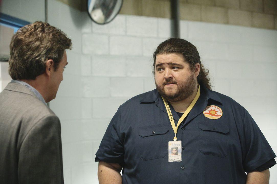 Ben Donovan (Matthew Perry, l.) kann sich den Namen von seinem Mitarbeiter nicht merken und nennt ihn kurzerhand Bobert (Jorge Garcia, r.) ... - Bildquelle: Sony Pictures Television Inc. All Rights Reserved.