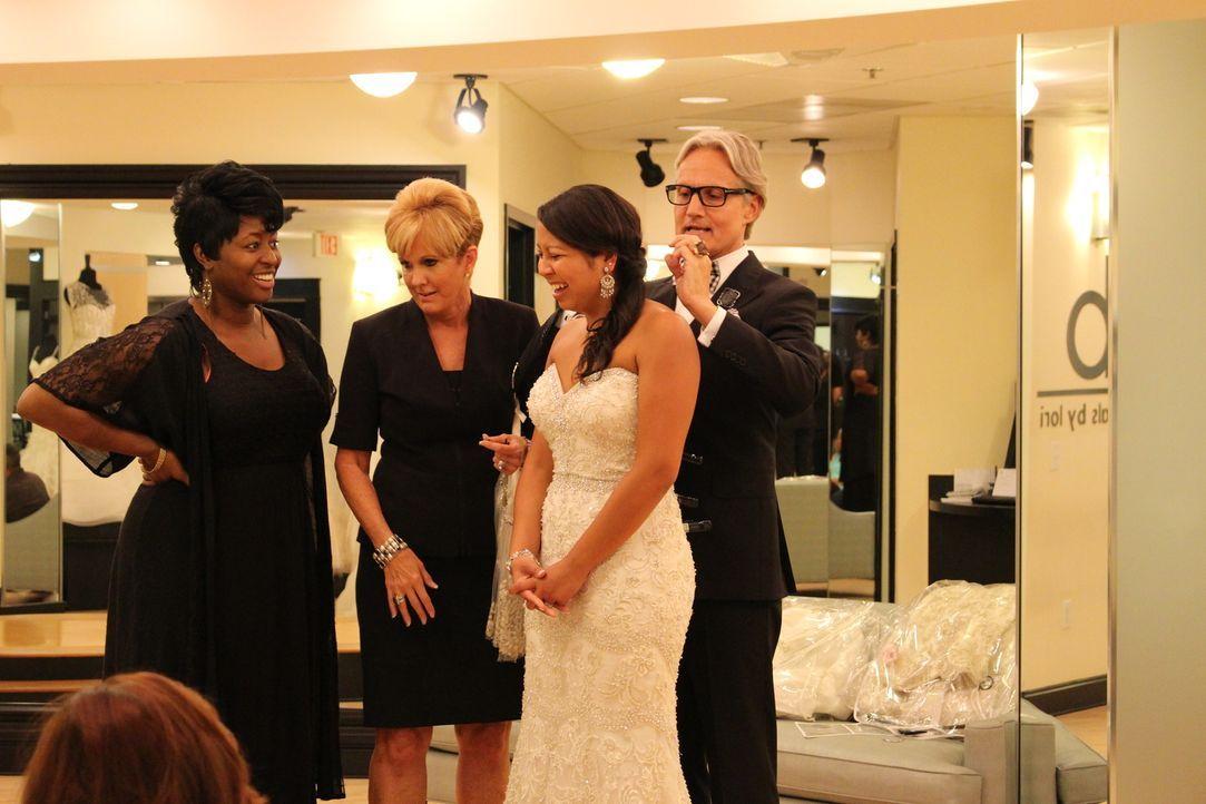 Braut Krischell (2.v.r.) ist von der großen Auswahl an Brautkleidern überfordert. Im Netz hat sie sich bereits in über 500 Kleider verliebt. Wird si... - Bildquelle: TLC & Discovery Communications