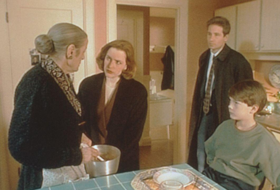 Als Dana Scully (Gillian Anderson, 2.v.l.) und Fox Mulder (David Duchovny, 2.v.r.) die Rumänin Golda (Lilyan Chauvin, l.) verhören, behauptet die al... - Bildquelle: TM +   2000 Twentieth Century Fox Film Corporation. All Rights Reserved.