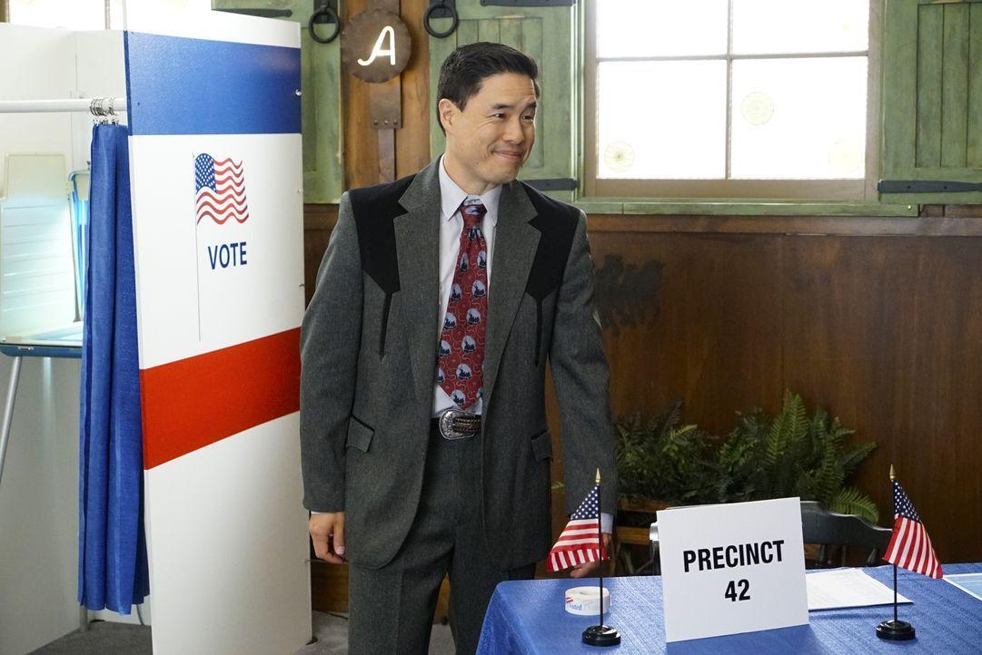 Freut sich als stolzer Amerikaner, dass das Cattleman's Ranch als Wahllokal dient: Louis (Randall Park) ... - Bildquelle: 2016-2017 American Broadcasting Companies. All rights reserved.