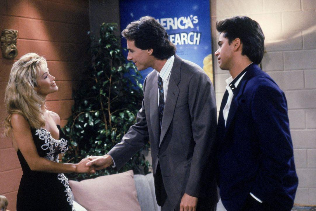 Als Jesse (John Stamos, r.) bei einer Talentshow teilnimmt, trifft Danny (Bob Saget, M.) eine Entscheidung, um noch einem Freund zu helfen ... - Bildquelle: Warner Brothers Inc.