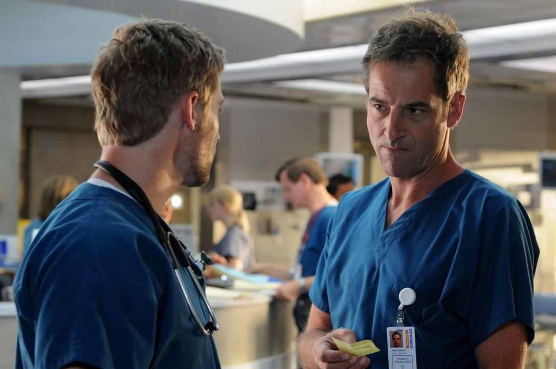 Moralisch nicht vertretbar: Dr. DeLeo (Mike Vogel, l.) will einen Patienten nicht behandeln, der ein Unfallverursacher ist. Er möchte ihn deshalb a... - Bildquelle: Warner Brothers