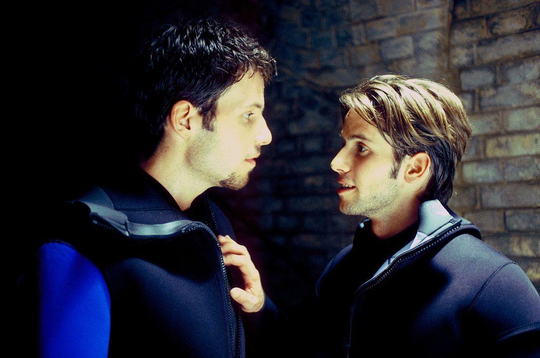 Die beiden Freunde Alex (Tim Bergmann, l.) und Paul (Christian Oliver, r.) machen sich auf die gefährliche Unterwassersuche nach weiteren Bomben. - Bildquelle: Leslie Haslam ProSieben