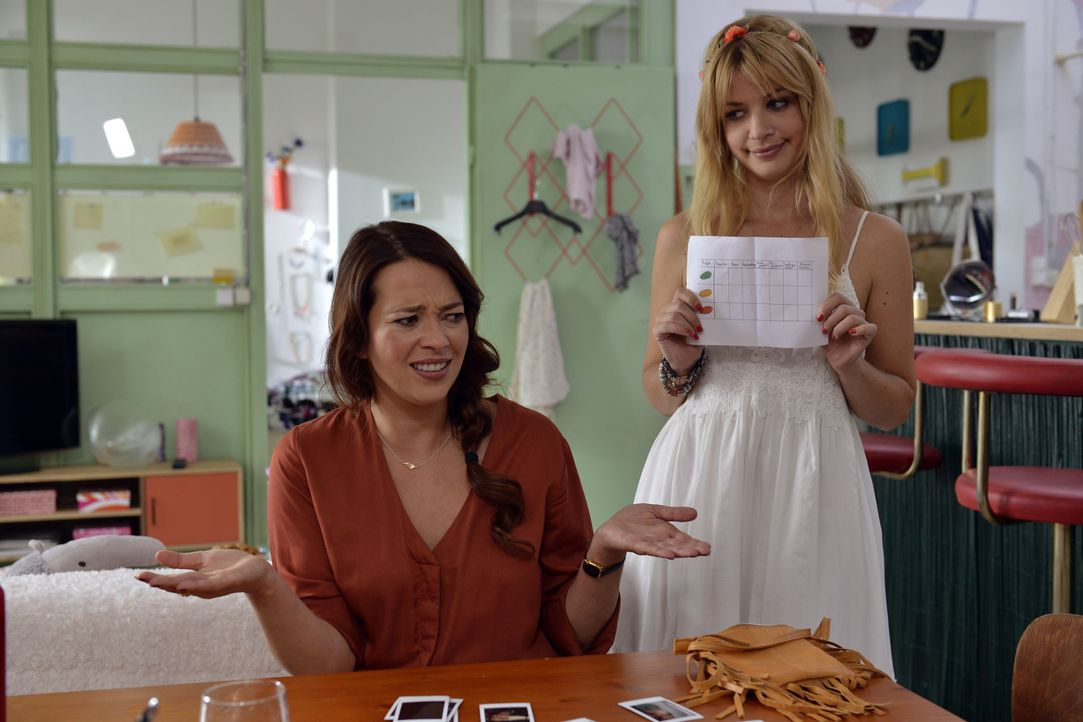 Während Mila (Susan Sideropoulos, r.) noch damit hadert, ihr Casual-Sex Date wahrzunehmen, rät Sally (Laura Osswald, l.) ihr, jetzt nicht mehr zu kn... - Bildquelle: Andre Kowalski SAT.1