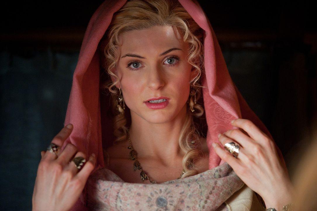 Ilithyia (Viva Bianca) täuscht eine Verletzung vor, die Lucretia als göttliche Fügung deutet, damit sie Capua verlassen und nach Rom zurückkehre... - Bildquelle: 2011 Starz Entertainment, LLC. All rights reserved.