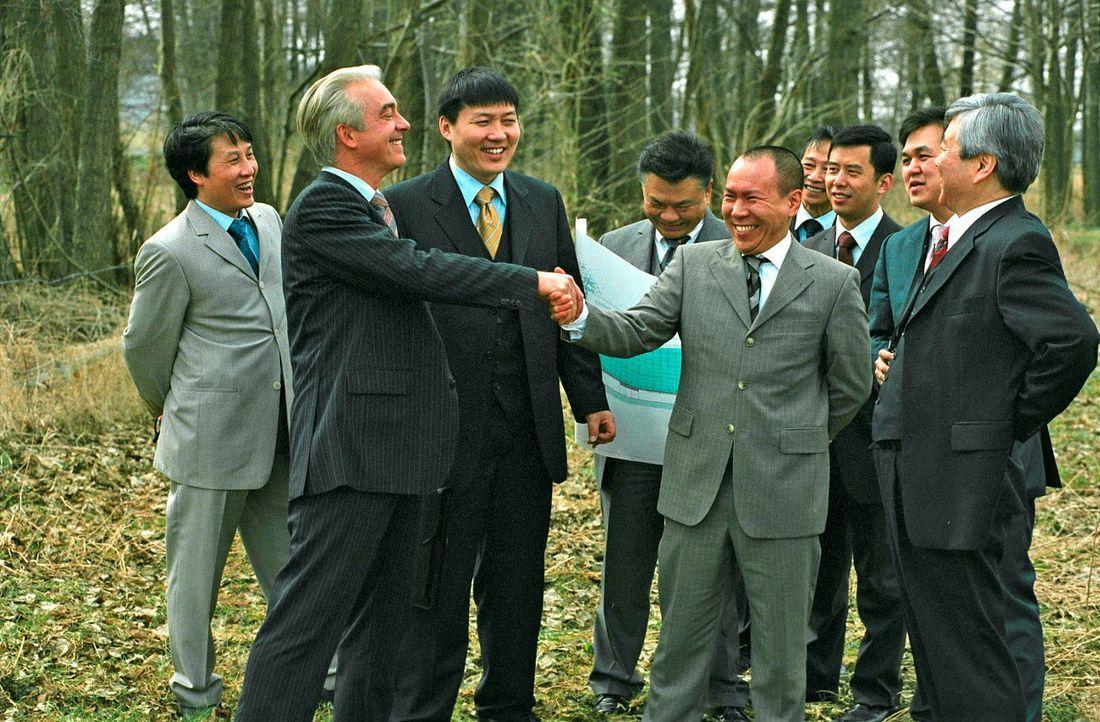 Ein großer Erfolg für Johannes (Christoph M. Ohrt, 2.v.l.): Die Koreaner sind begeistert vom Standort Kudrow. - Bildquelle: Hardy Spitz Sat.1