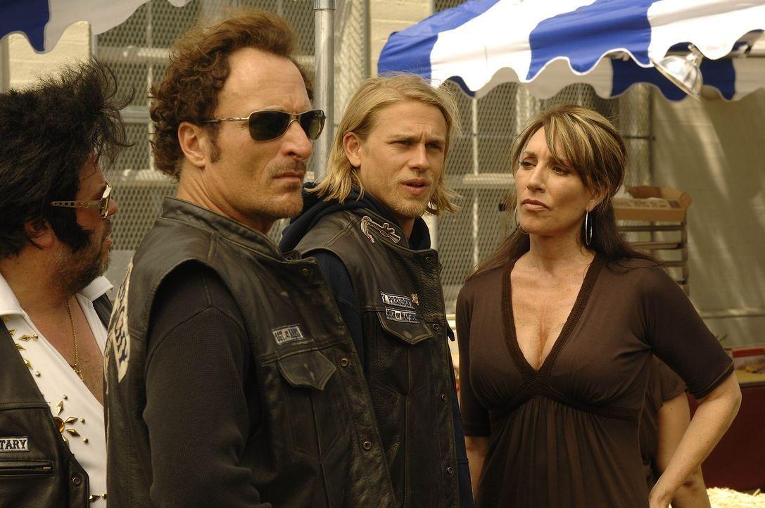 Bobby (Mark Boone Junior, l.), Tig (Kim Coates, 2.v.l.) und Jax (Charlie Hunnam, 2.v.r.) ahnen, dass Ärger im Anmarsch ist, als Kyle auf dem Benefi... - Bildquelle: 2008 FX Networks, LLC. All rights reserved.