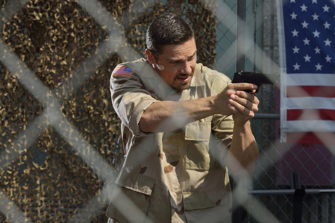 Vincent (Jay Ryan) schleust sich in seine frühere Militärbasis ein, um herauszufinden, ob sein ehemaliger Vorgesetzter Colonel Fuller derjenige ist,... - Bildquelle: Ben Mark Holzberg 2016 The CW Network. All Rights Reserved.
